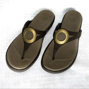 Crocs sandals size 8 brown tan circle detail